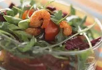Recette-diététique-Salade croquante de chou rouge et crevettes grillées