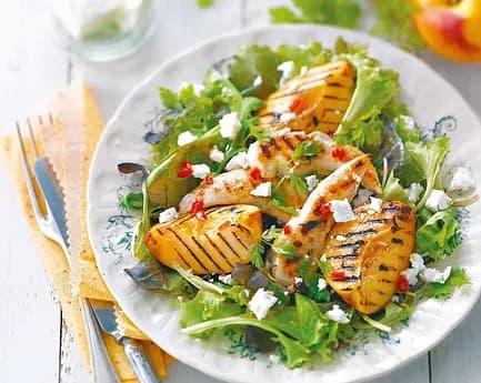 Recette-diététique-Salade-été-poulet-pêches-grillées-et-feta